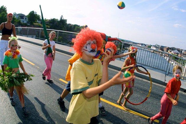 Glommafestvalen 2001: Barn som har deltatt på gjøglerkurs på Isegran viste seg frem. Foto: Nils Harald Ånstad, 08.07.2001
