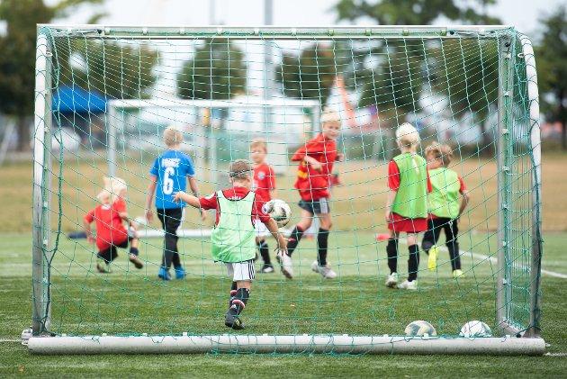 GØY: De yngste deltakerne på fotballskolen i aksjon.