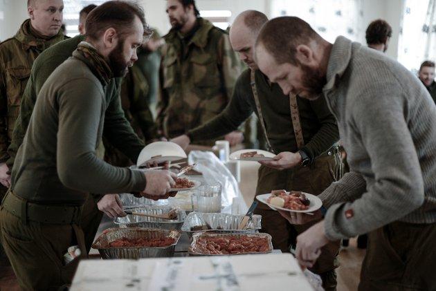 Soldatene fikk servert gourmet-mat fra Max Ivan. Foto: Robert S. Eik