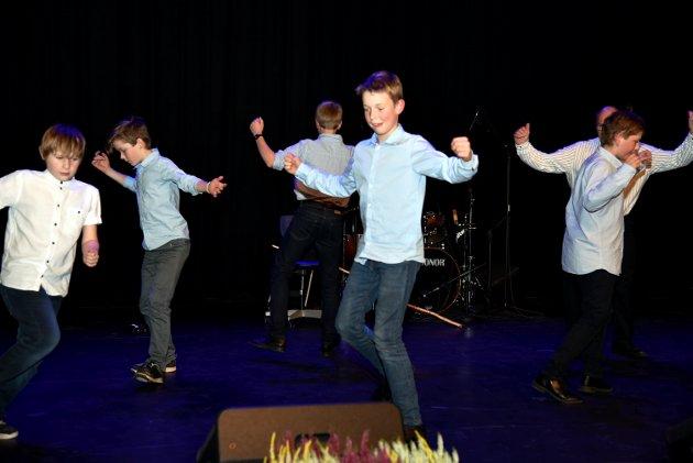 Spreke hallingdansarar under leiing av Rolf Bjørgan.