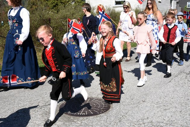 1. klassingene i 17. mai toget på Fåvang.