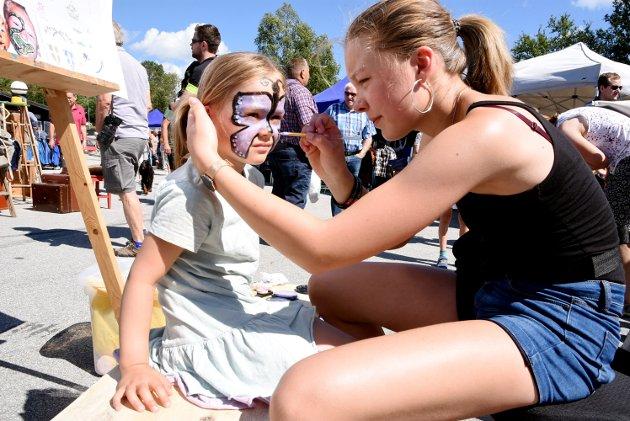 LIV LÅGÅ: Ida Bergersen Brandrud (4) synes det var stor stas med ansiktsmaling. Ronja Varpestuen (15) fra Tverrbygda stod for malingen under Liv Lågå.