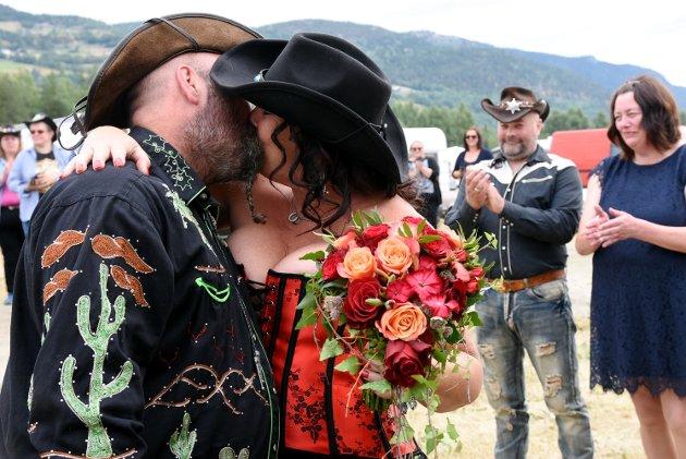 COUNTRYKYSS: Ann-Kristin Molteberg og Lars Magnus Storø fra Elverum giftet seg under Countryfestivalen på Vinstra. Anne Sletten, varaordfører, stod for vielsen.