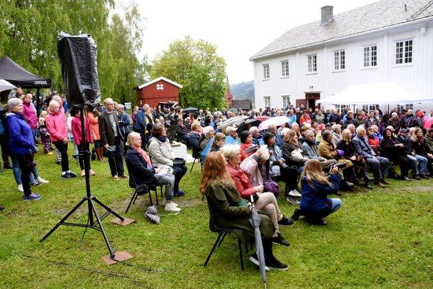Sommerutstillingen åpnet i Ringebu prestegard lørdag.  Mange tok turen til prestegarden i regnværet, som snudde til oppholdsvær i det utstillingen åpnet.