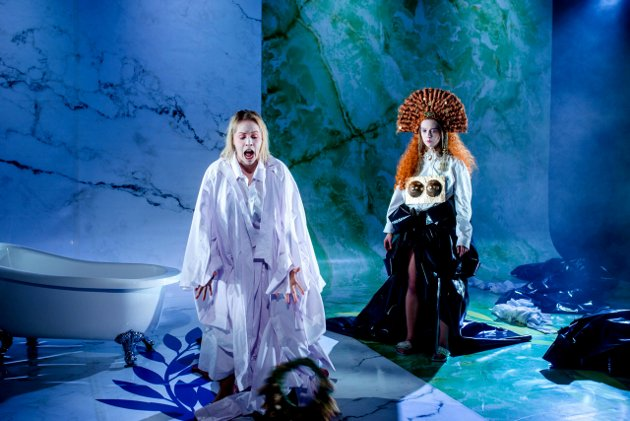 Sunniva Du Mond Nordal (bak) og Anne Guri Tvedt (fremst) i Teater Innlandets oppsetning «Julius Cæsar - Brutus' tragedie» av William Shakespeare.