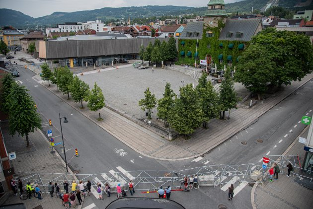 NÆR TOMT: Politiet hadde sperret av hele Stortorget, hvor Sian sto og snakket. Men heller ikke utenfor sperringene var det mange som dukket opp. Og de fleste var nysgjerrige skuelystne som stakk bortom, for raskt å bevege seg videre. Foto: Inga Oline rusten