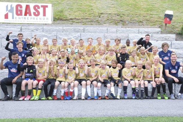Hele gjengen: 39 deltakere og fem instruktører utgjør fotballskolen i Gran idrettspark.