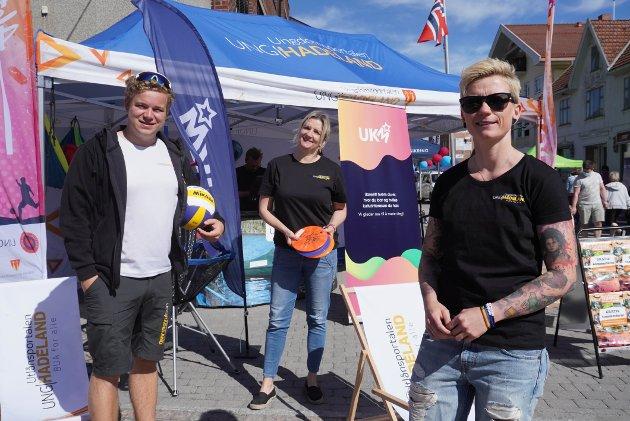 UNG HADELAND: Kenneth Rønningen, Ingeborg Ensrud og Susann Myrvang Martinsen ved standen til Ung Hadeland.