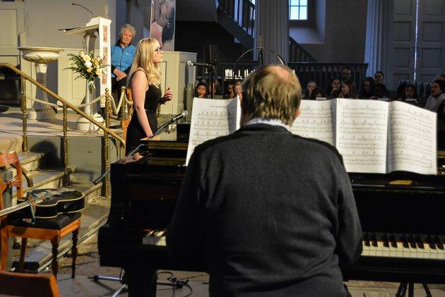 Datter og far Jenny og Jan Erik Norheim bidro med flygelspill og vakker sang.