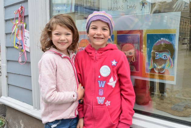 Agnes Steffensen Johansen (7, t.v.) og Leonora Ahlsen (7) koste seg i sentrum. På vinduet til Andiamo lekte de med klistremerker.