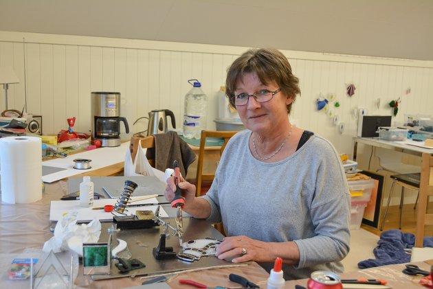 På det gamle halmloftet har Anne og ektemannen Kai bygd rammeverksted. Her har Anne også hobbyrom hvor hun lager figuer i glass og metall.