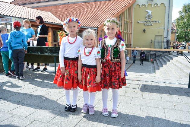 Barnas Verdensdager ble arrangert i Halden for første gang 1. september. Dina Billington er hovedansvarlig og har fått med seg mange frivillige til å arragnere. Alt fant sted utendørs og i bygningene i Kulturkvartalet. F.v. Aniela (5), Tosia (3) og Sofia (5) hadde på seg drakter fra Krakox i Polen.