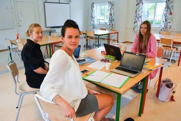 GLEDER SEG: Anna Hovland, Maren Hansen og Marjo Valton, samtlige lærere på 1. trinn ved Os skole, gjør de siste forberedelsene før elevene kommer til mandag.