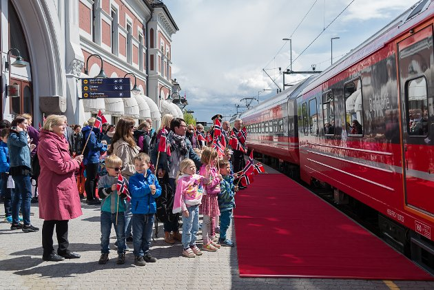 Kronprinsesse Mette-Marit og Litteraturtoget stopper på Hamar.