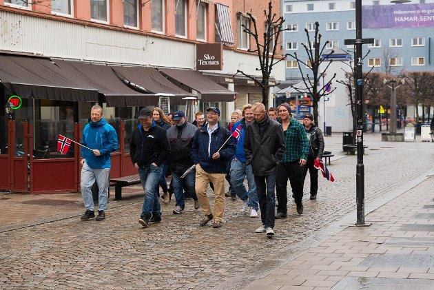 Her marsjerer Pegida gjennom Hamars gater.