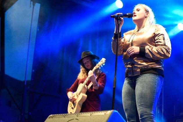 Tiril Eiken trio opna konserten Hjartebank under Skalltaket fredag 6. oktober. Eiken, med hatt og gitar, kjem frå Jondal.