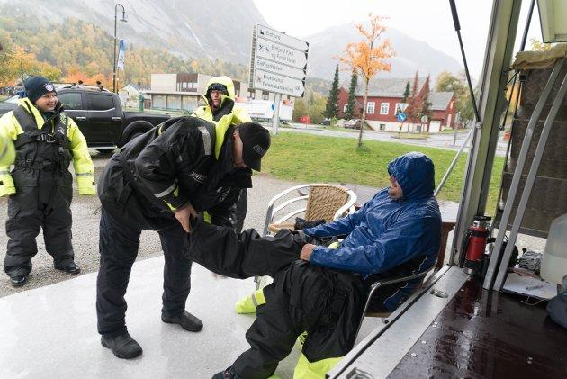 Det nærmar seg utreisa for den fyrste av dagens tre turar med RIB-båt. Åtte passasjerar får hjelp til å kle seg. Her hjelper Lars Inge Thorset ein tysk turist på med stor flytedrakt.