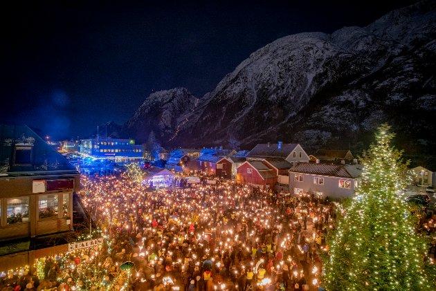 Helgelandstrappa var lyssatt i anledning sykehusdemonstrasjonen. Det var et rørende skue å se flere tusen mennesker samlet på Mosjøen torg for å vise sin støtte til et stort sykehus sør for Korgfjellet for hele Helgeland.