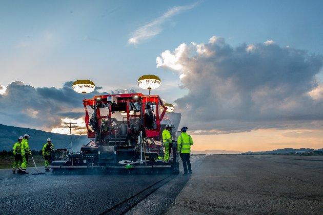110.000 KVADRATMETER: Rullebanen på Lakselv lufthavn Banak fikk sommeren 2017 ny asfalt. Artikkelforfatter Bjørn Søderholm skriver at det gjenstår flere tiltak før Banaks kapasiteter er sikret.