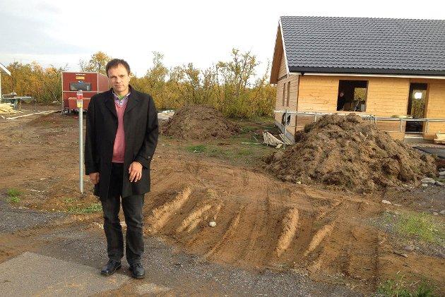 FRYKTER KONSEKVENSER: Samfunnsøkonomien rundt å skulle miste høykompetansearbeidsplasser i Finnmark bekymrer ordfører i Tana, Frank M. Ingilæ. Her er han avbildet i 2014 i forbindelse med jubel over boligboom i Tana.