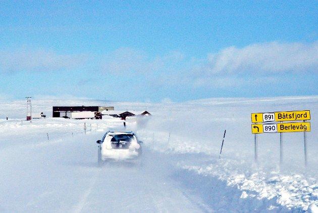 ANSVARET FLYTTES: I dag utfører Statens vegvesen oppgaver for fylkeskommunen på fylkesveier som veien over Båtsfjordfjellet. Men fra 1. januar neste år skal denne jobben gjøres av fylkeskommunen selv. Ikke nødvendigvis så lurt, mener ansvarlig redaktør Anniken Renslo Sandvik i Finnmarken.