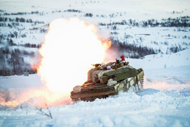 RUSTES OPP: Dersom forsvarssjefen får det som han vil, kan stridsvogner som dette bli fast stasjonert på Porsangmoen. I regjeringens forslag til statsbudsjett ligger det også flere kroner til Forsvaret, og det satses både i Porsanger og Sør-Varanger.