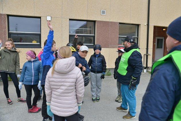 Vidar Johnsen i Finnmark fotballkrets informerer om hvordan være trafikksikker på sykkel.