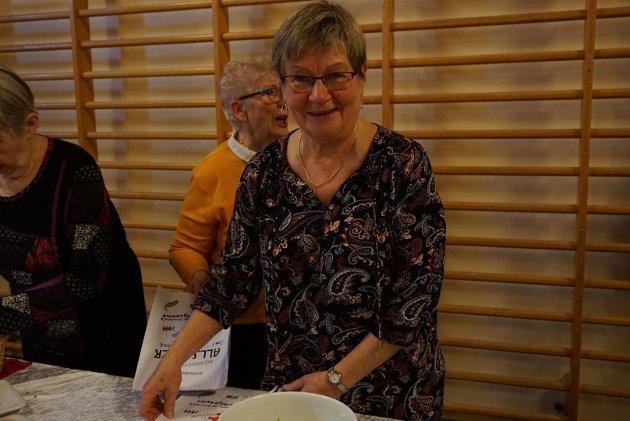 HELT SJEF: Det var Ilona Adriansen, leder for Kirkeforeningen som tok seg av ledelsen på kjøkkenet, med god hjelp av resten av foreningen under lunsjen.
