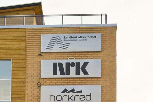– At NRK nå i vår digitale verden, sitter med et oppblåst og overdimensjonert hovedkontor i Alta, når det gjelder stillinger, der de jakter på reportasjestoff fra Alta, og når vi vet at Finnmarkssendinga har mistet mange lyttere, – ja da begriper jeg ikke at NRK lar det fortsette på denne måten, skriver artikkelforfatteren.