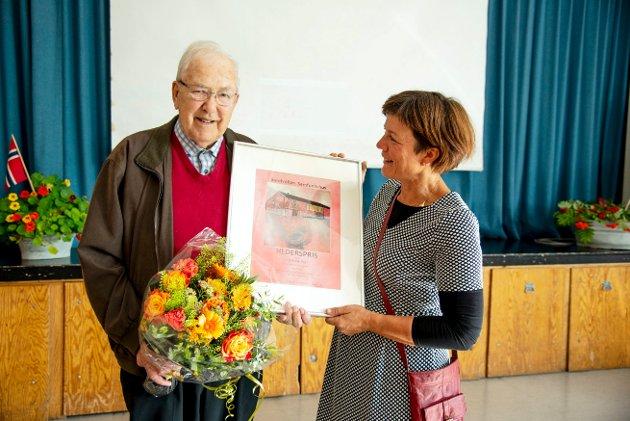 MOTTOK HEDERSPRIS: Olav Andreas Moen mottok en hederspris for sin iherdige innsats og sitt store engasjement for Sandvollan samfunnshus. Prisen ble utdelt av arrangementsleder Inger Einvik.