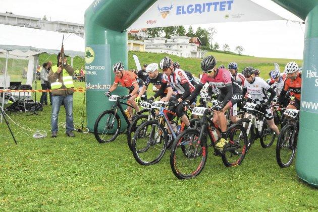 KLAR, FERDIG, GÅ: Bjørn Marlow Lundberg sender syklistene av gårde med et skudd.