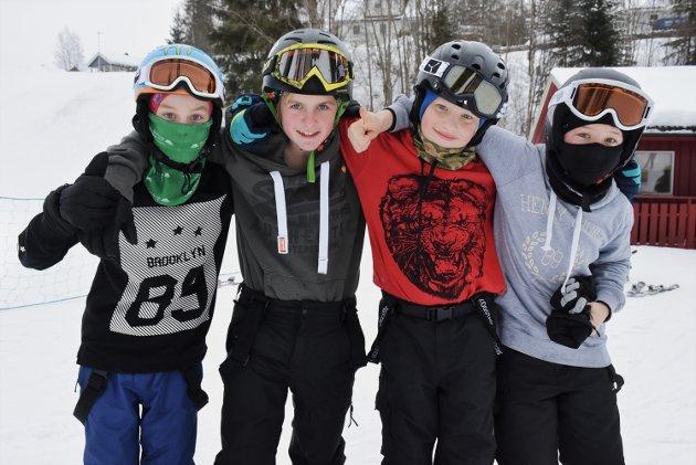 BJØRKELANGEN: Et femtitalls barn og unge hadde tatt turen til Bjørkelangen skisenter onsdag i vinterferien. Disse gutta var blant dem som koste seg i bakken.