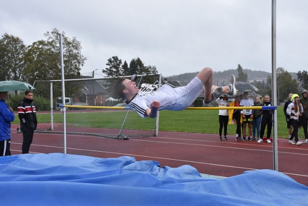 Dennis Aaserud fra Bjørkelangen skole kommer seg lekende lett over lista i høydekonkurransen.