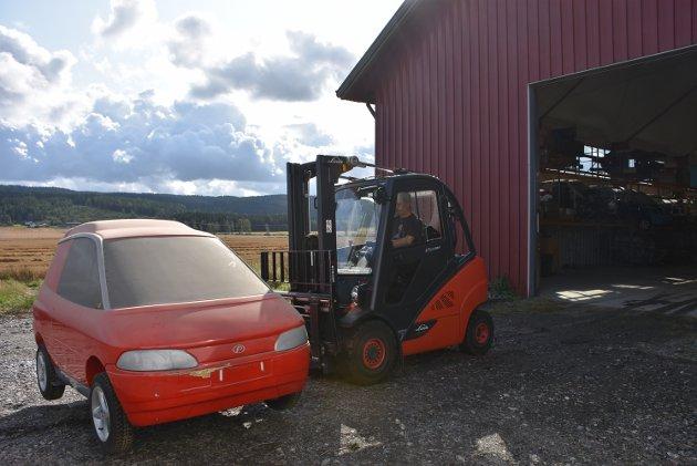 Harald Bogstad lister trucken avgårde med en av de tidlige modellene av elbilen.