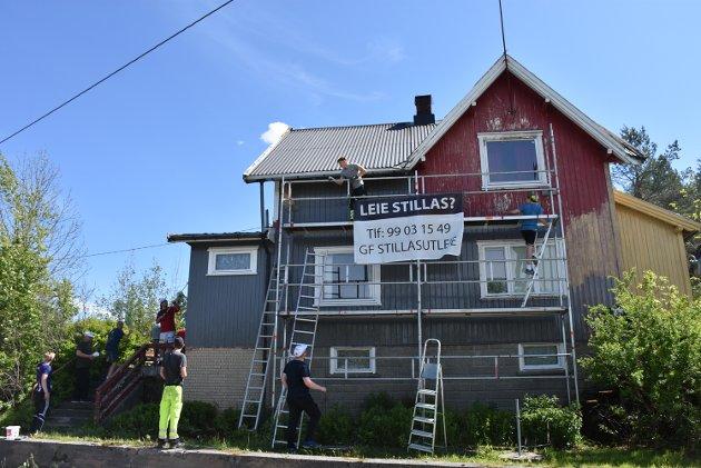 Med 14-15 mann i aksjon på en gang, ble det raskt forandringer på huset som ligger kloss inntil fylkesvei 125 på Hemnes.