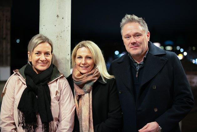 Stoppet smilende i døra: Christine Abbot, Tonje Takeid og Dag Otto Sjøhaug stilte smilende opp til fotografering før de gikk inn i Bingsfosshallen.