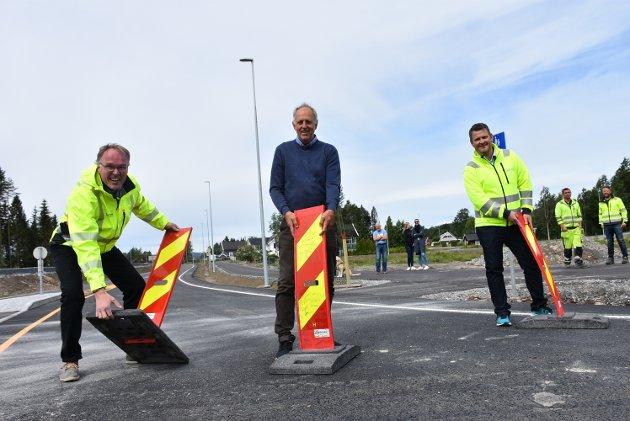 Freddy Huser (t.h.), prosjektleder for Huser entreprenør, fylkesråd Olav Skinnes og Alf Gotuholt, byggeleder i Viken fylkeskommune fjernet sperringene slik at bilistene kunne innta den nye delen av fylkesvei 169.