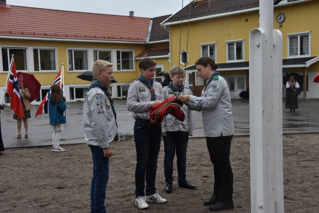 Hemnes speidergruppe heiste flagget på Bråte, Marius Vestby Kopperud (t.v.), Emil Lund, Halvor Daltorp og Nina Aarskog. Foto: Trym Helbostad