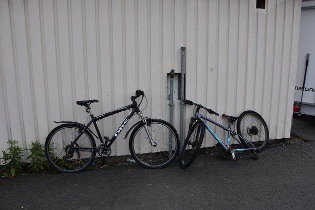 Disse to syklene står forlatt ved Eiksenteret på Bjørkelangen.