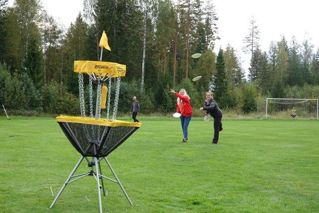 Tone Hassem Delerud og Yvonne Aarstad prøvde seg på frisbeegolf som Rømskog IL har kjøpt inn med gavetildeling fra Amedia.
