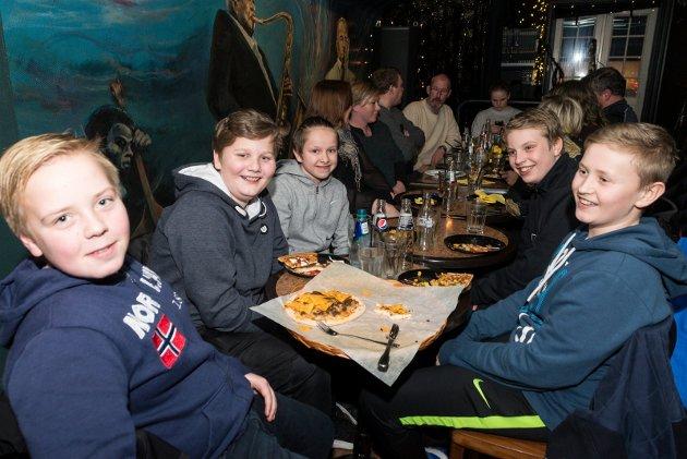 Fotballspillerne Andreas Olsen, Jakob Sandvik, Odin Tafjord, Magnus Skoglund Fidjeland og Odin Schleinig var enige om at pizzaen smakte godt.