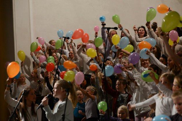 Felleskoret avsluttet den flotte konserten med «Venner» til stor applaus fra publikum.