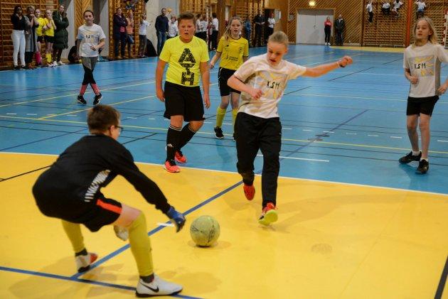En god sjanse for Skåtøys Sindre Hovde Pettersen, men Kragerøs keper Kristian rydder opp.
