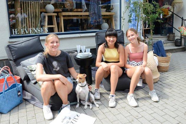 Oslojentene Ingrid Fagerhei, Karen Skage og Elise Eskedal koste seg i sommerbyen Kragerø.