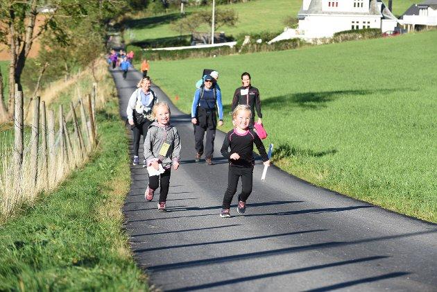 Dei to jentene i forgrunnen (f.v.), Tuva Lund (5) og Erle Marie Korsvold (4), gjekk, sprang og leika seg gjennom løpet med smil om munnen.