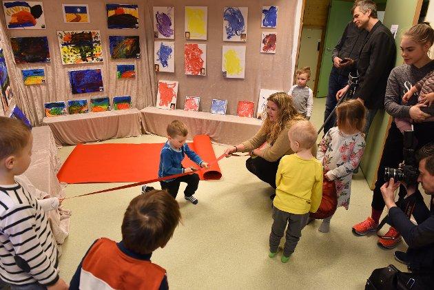 Tysdag ettermiddag var det høgtideleg opning av kunstutstilling i Uskedalen barnehage som markerte barnehagedagen på denne måten. På bildet ser vi Per Håkon klippa snora for ustillinga i barnehagen sitt fellesrom.