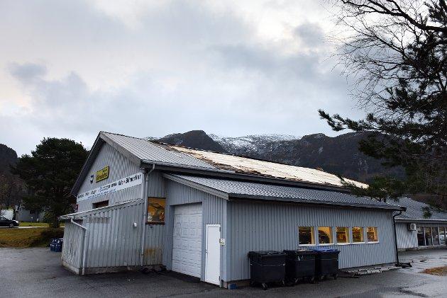 Stormen tok med seg ein god del av taket på S. Rødsten Bilforretning. Onsdag føremiddag var det lyst nok til å sjå skadane.