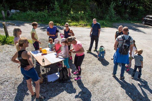 Start for natursti og vaksenløp var på velteplassen ved bommen for vegen opp til Svartatjødno. Bak bordet står valedamene Wenche Anfinsen (nærast), Benthe Høydal og Nina Thorkildsen (gul t-skjorte) og tar imot deltakarar til naturstien.