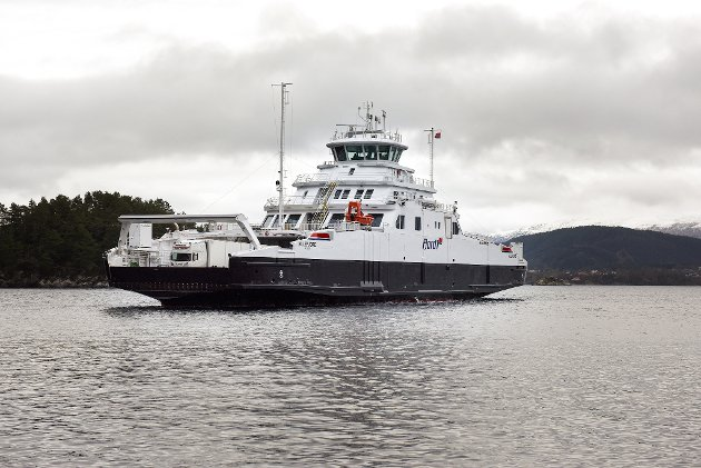 M/F «Hillefjord» på veg inn til Ranavik.
