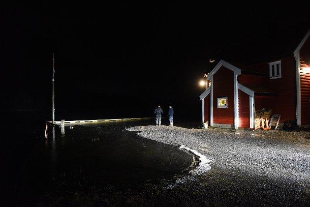 Valen klokka 00:42: Sjøen gjekk over Valekaien og inn i Valebuo.